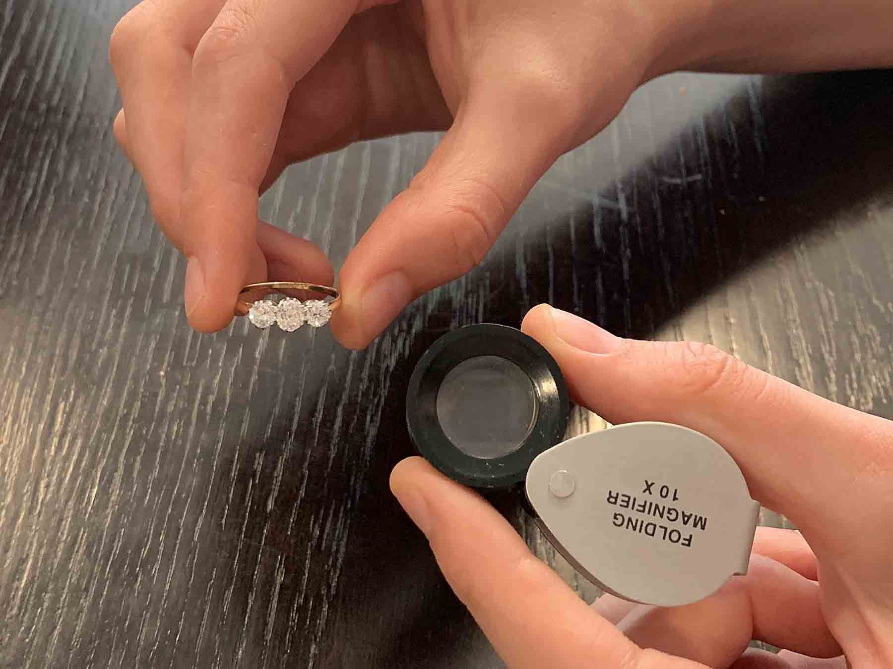 how to use a jewellers loupe